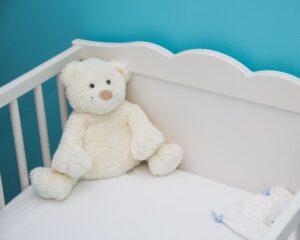 Czy zaopatrzyć się w poduszkę? Czym przykryć dziecko?