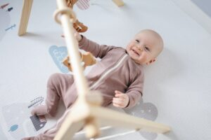 Jakie cechy powinno spełniać łóżeczko dziecięce z wyposażeniem?